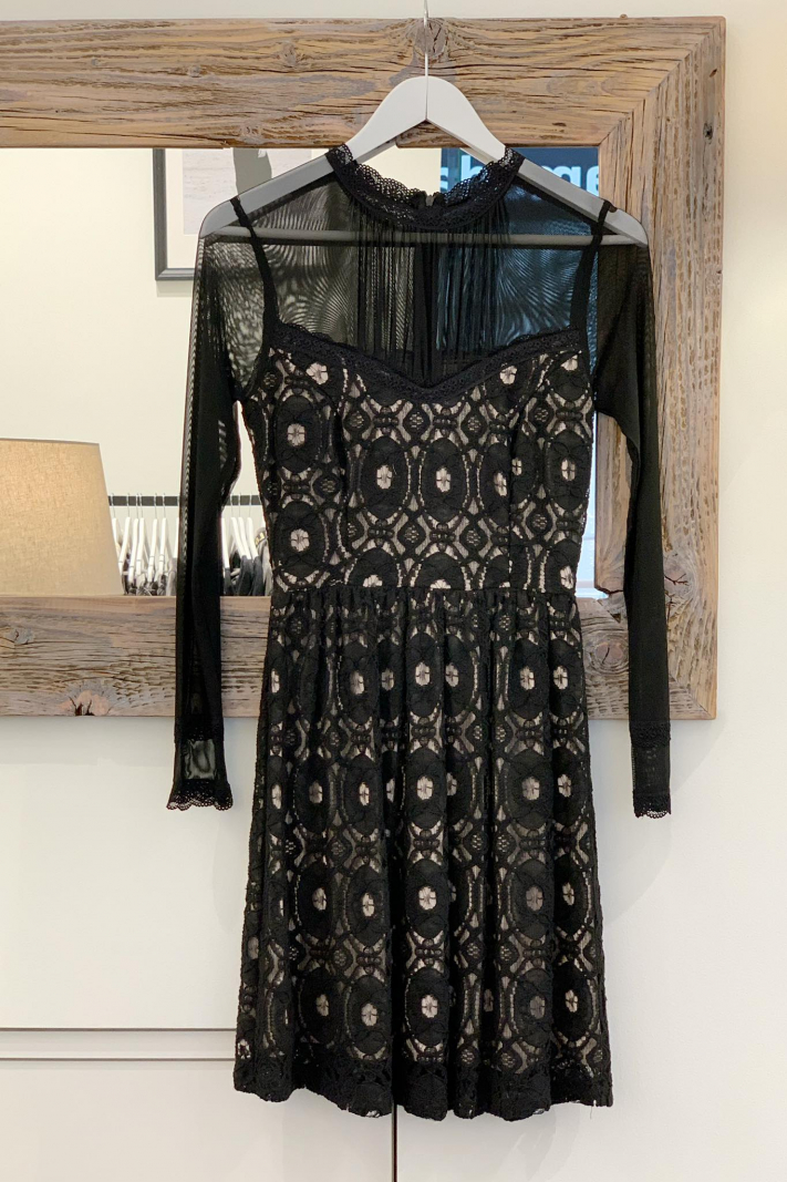 Koronkowa sukienka z beżowym podkładem