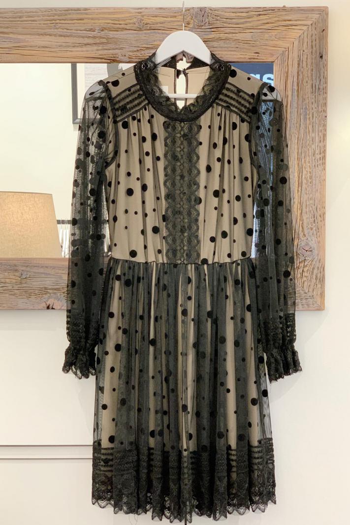 Tiulowa sukienka w groszki z beżową podszewką