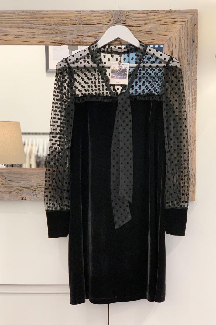 Aksamitna sukienka z tiulem
