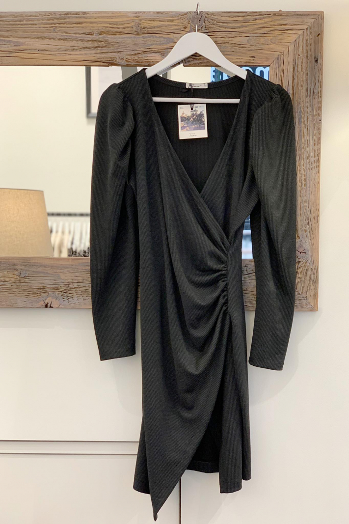 Asymetryczna sukienka z marszczeniami