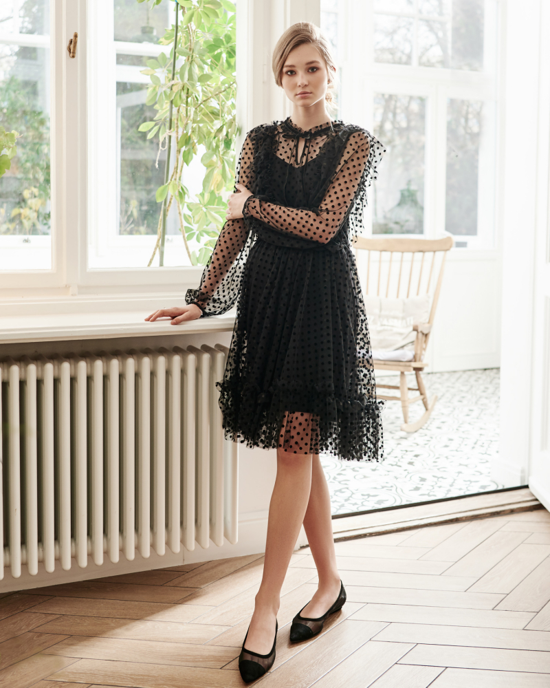 Czarna sukienka w grochy