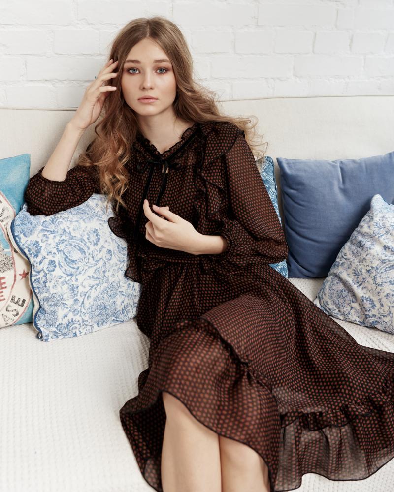 Brązowa sukienka w grochy