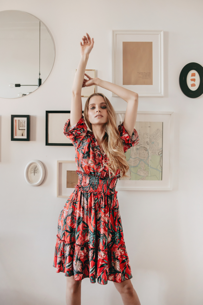 Sukienka z szeroką gumą w pasie